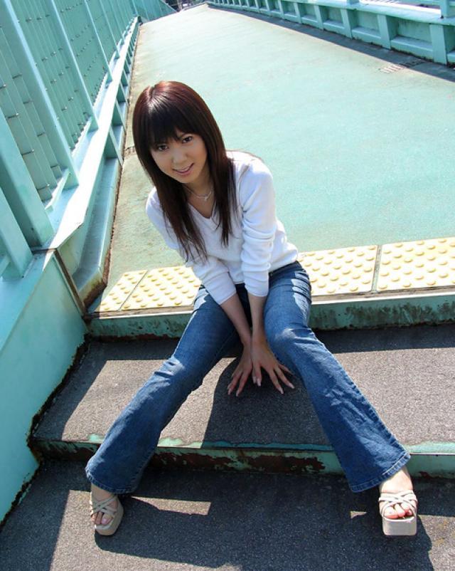 Красивая японка в джинсах расслабляется после работы