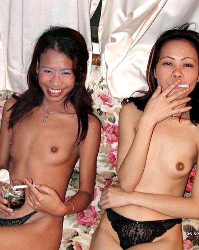 Азиатские любительницы показывают сиськами на вечеринке