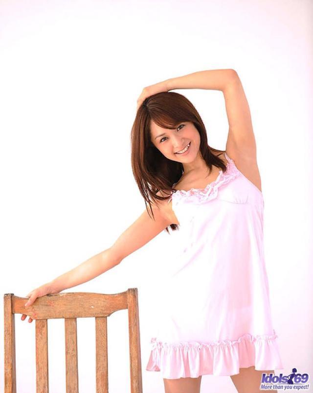 Молоденькая азиатка демонстрирует волосатую пизду
