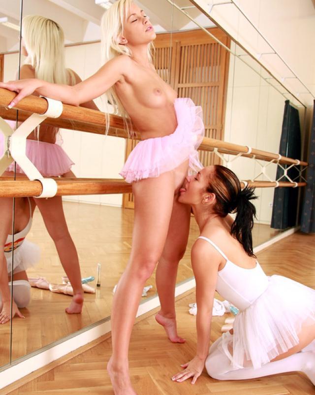 Две балерины занимаются лесбийским сексом в театре