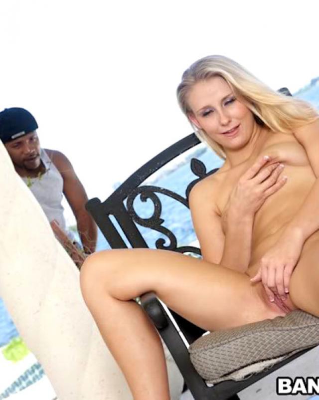 Черный порно-гигант рвет вагину молодой Белоснежки на улице