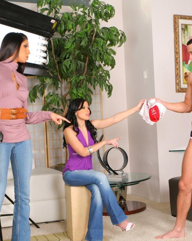 Девушки в одежде отсосали большой член со спермой на лицо