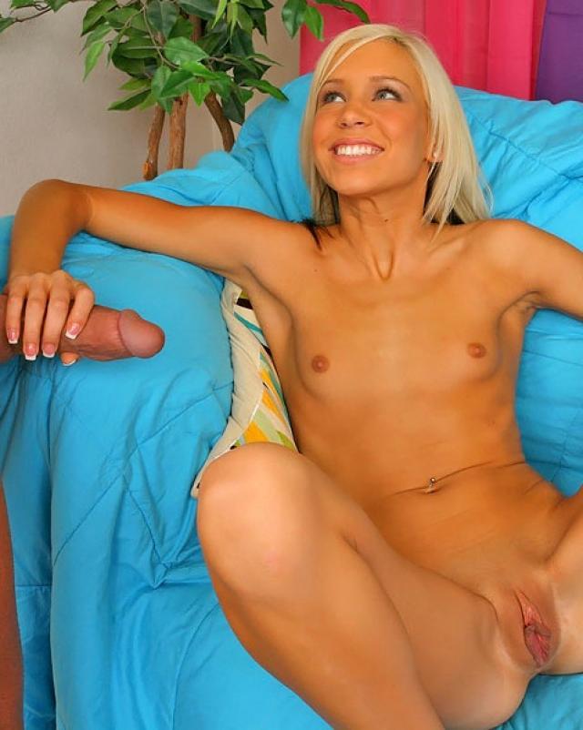 Аппетитная блондинка садится на большой член соседа