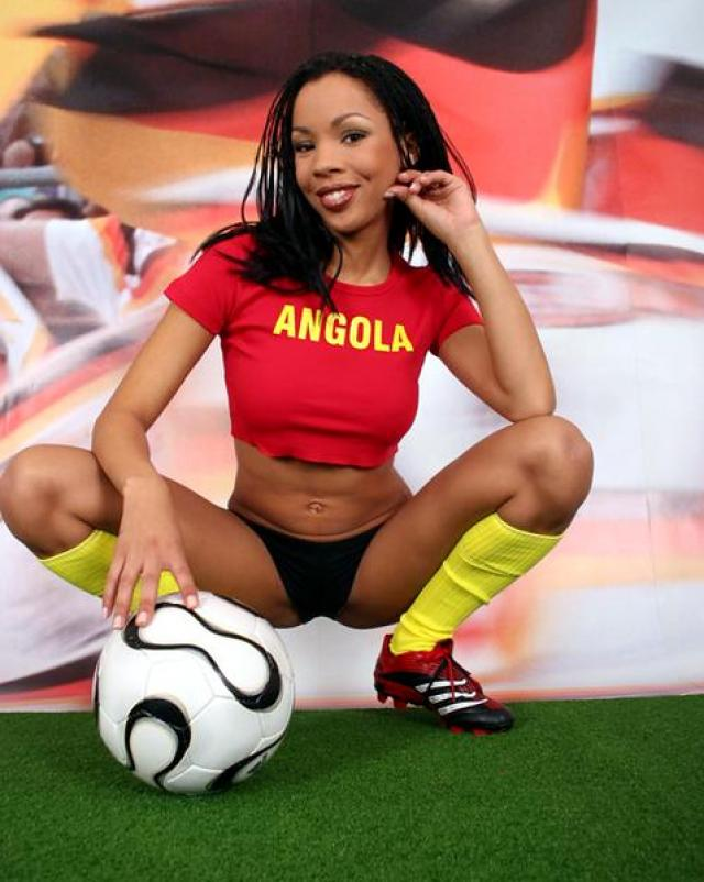 Любительница футбола сексуально обнажается на поле
