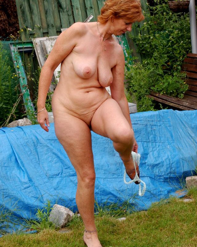 Голая старушка выглядит довольно эротично