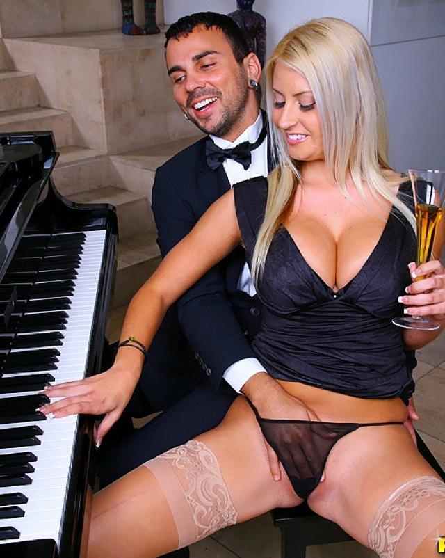 Сисястая блондинка отблагодарила пианиста горячим минетом