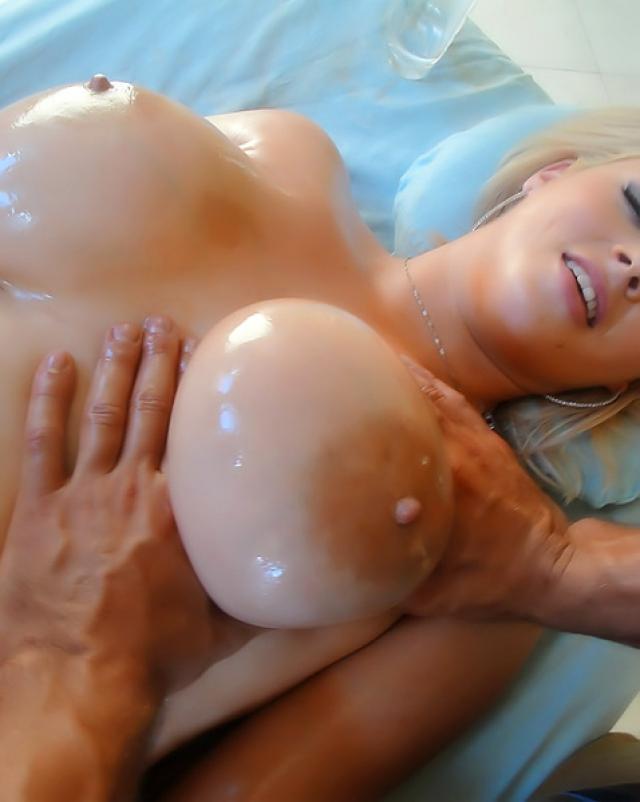 Блондинка с большими сиськами сделала глубокий минет для массажиста