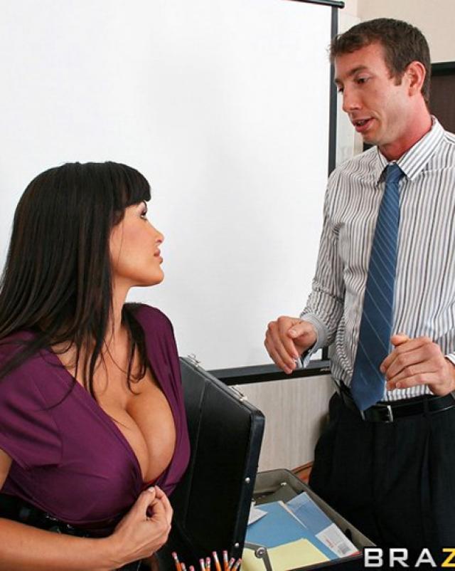 Секретарша с большими сиськами глубоко сосет боссу
