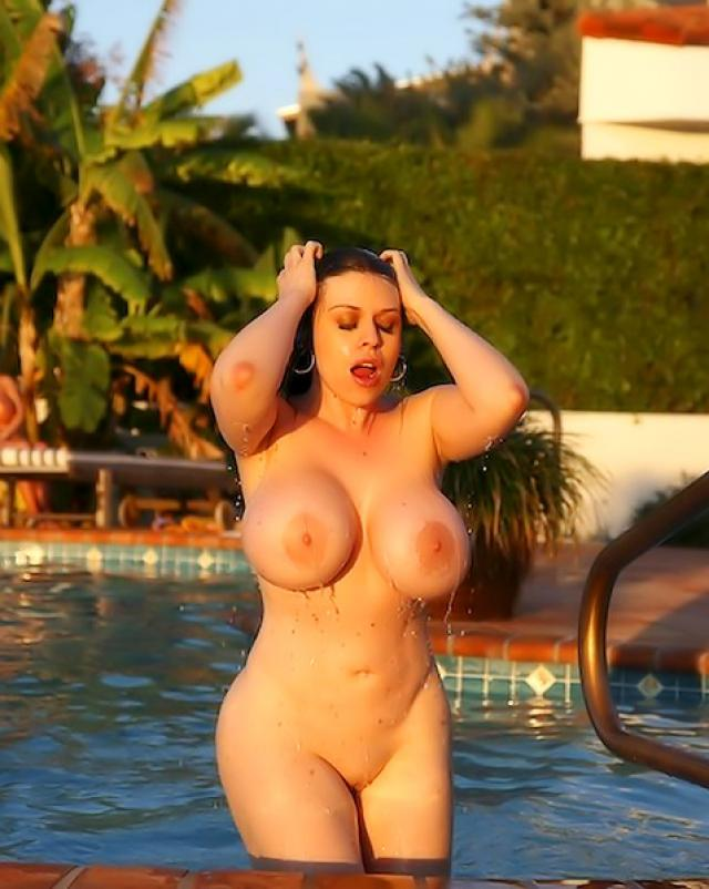 Женщины с большими сиськами резвятся в бассейне