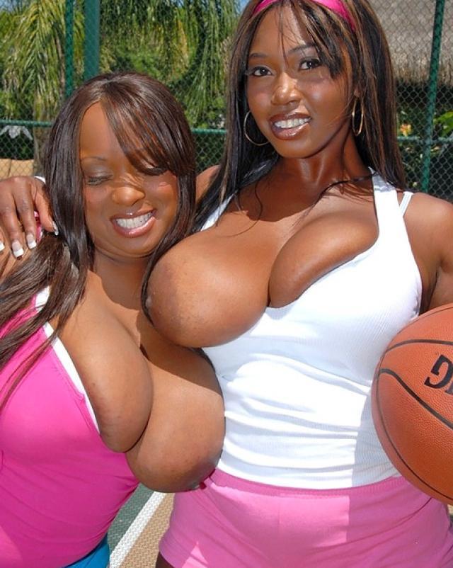 Негритянки с большими сиськами делают двойной минет