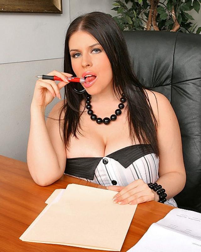 Босс трахает секретаршу с огромными сиськами