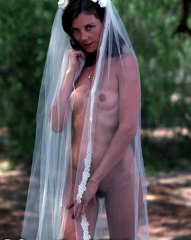 Горячая голая невеста радует своими прелестями