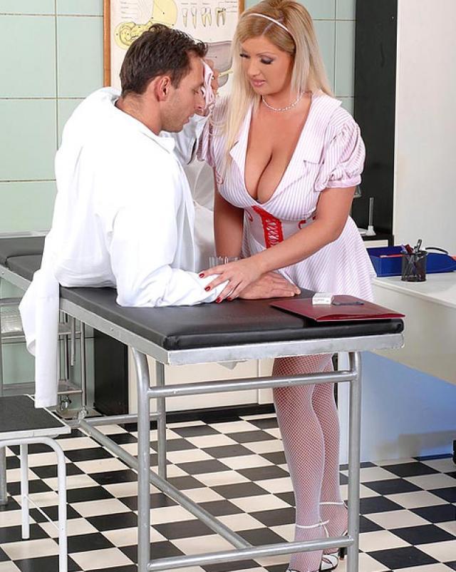 Медсестра с огромными дойками дрочит член пациента