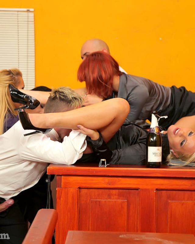 Бурное групповое порно в зале судебных заседаний
