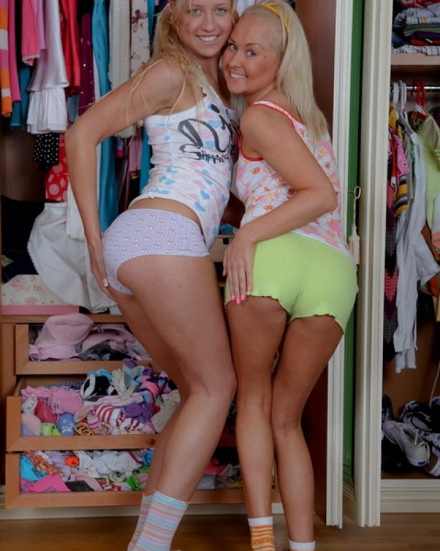 Две блондинки пьют густую сперму
