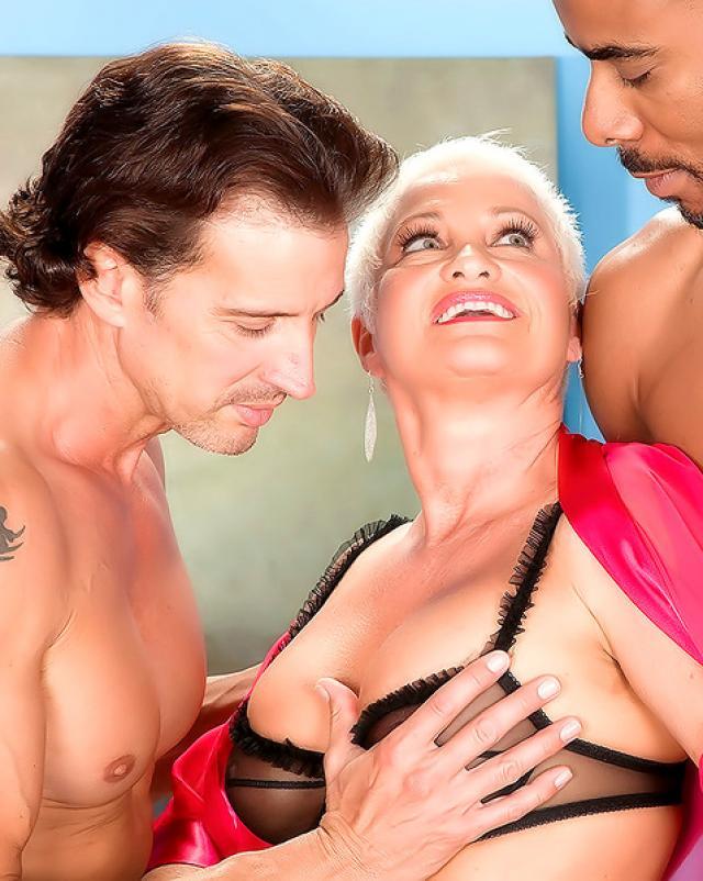 Групповой секс с двумя молодыми парнями и женщиной