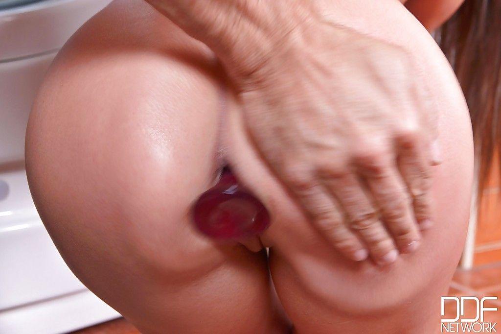 Анальная брюнетка делает горловой отсос члена в ванной комнате