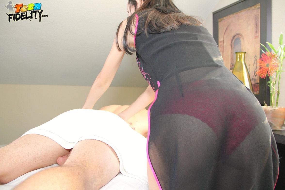 Тайская проститутка глубоко сосет белому господину
