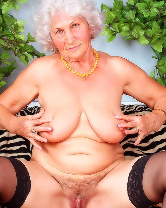 Очень старая женщина показала киску
