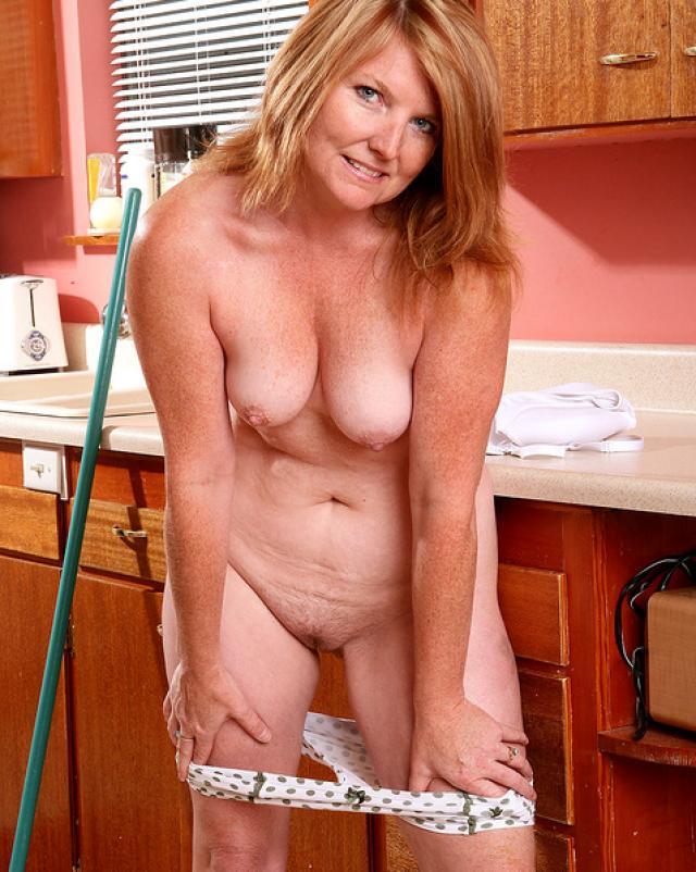 Рыжая домработница готова к сексу