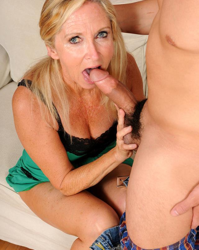 Женщина ведет себя очень пошло на твердом члене молодого парня