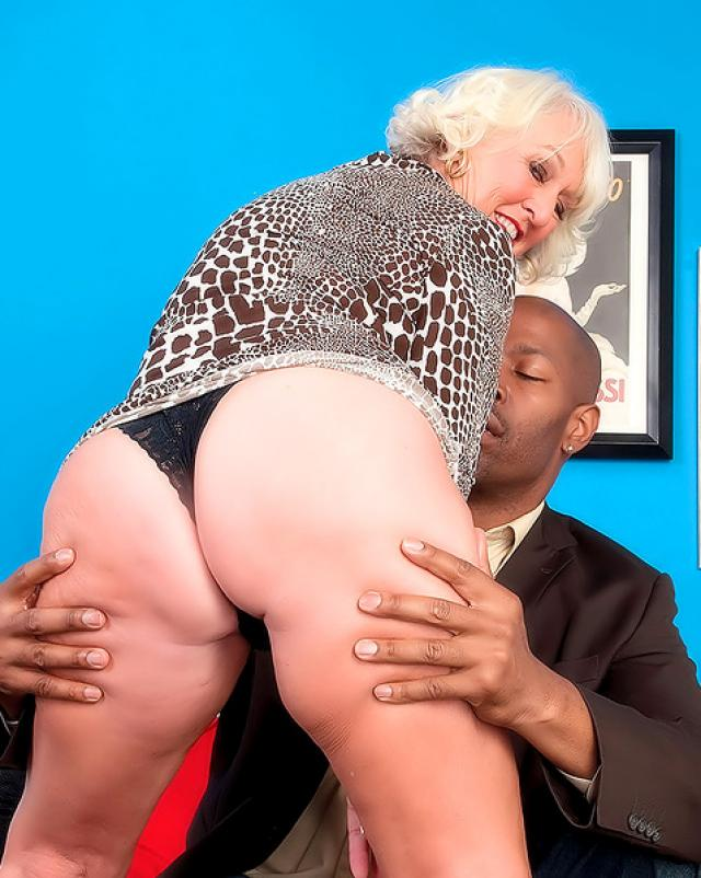 Русская баба прыгает на черном члене