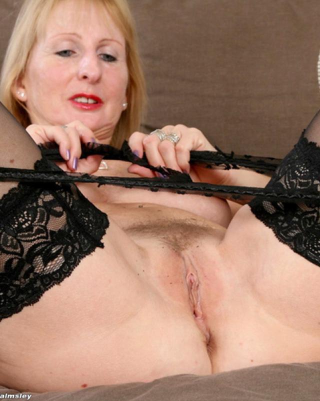 Очень горячая бабушка заводит голым телом внука
