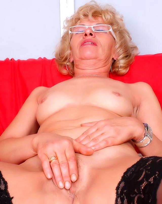 Голая бабушка мастурбирует свою пизду