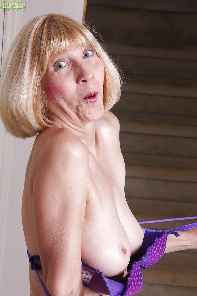 Стройная бабушка играет с побритыми отверстиями крупным планом