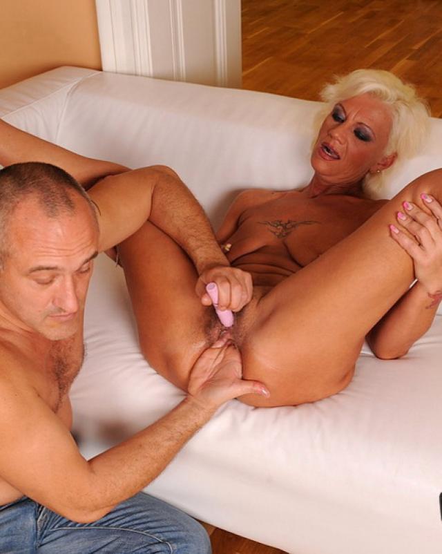 Старая женщина пробует секс с игрушками
