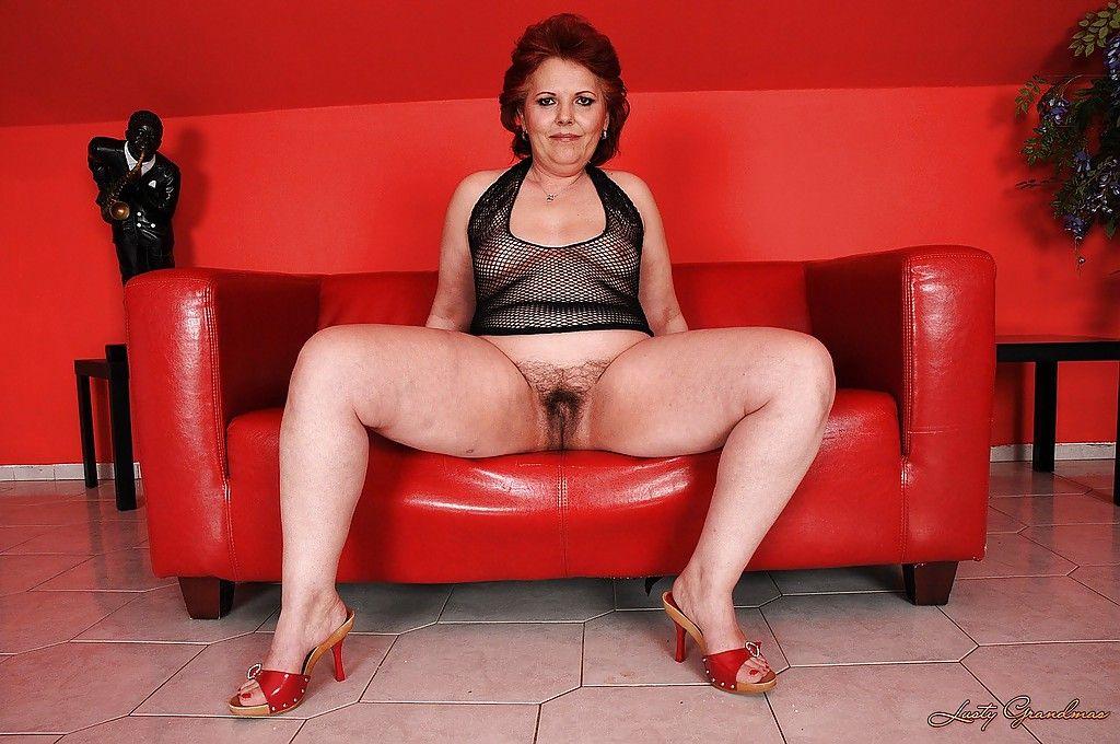 Толстая старушка показывает свое мохнатое лоно крупным планом