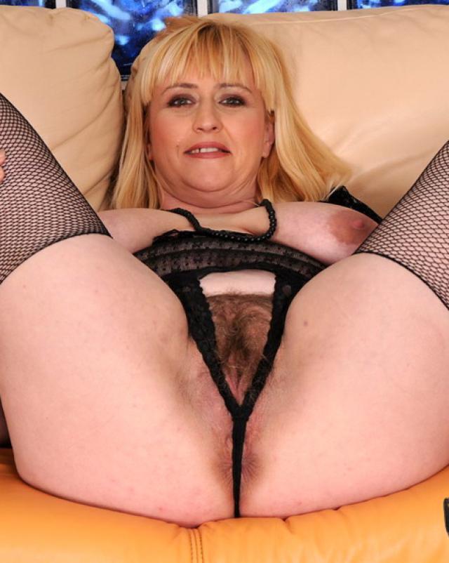 Седой распутник мастурбирует щели эротичной бабушки на диване