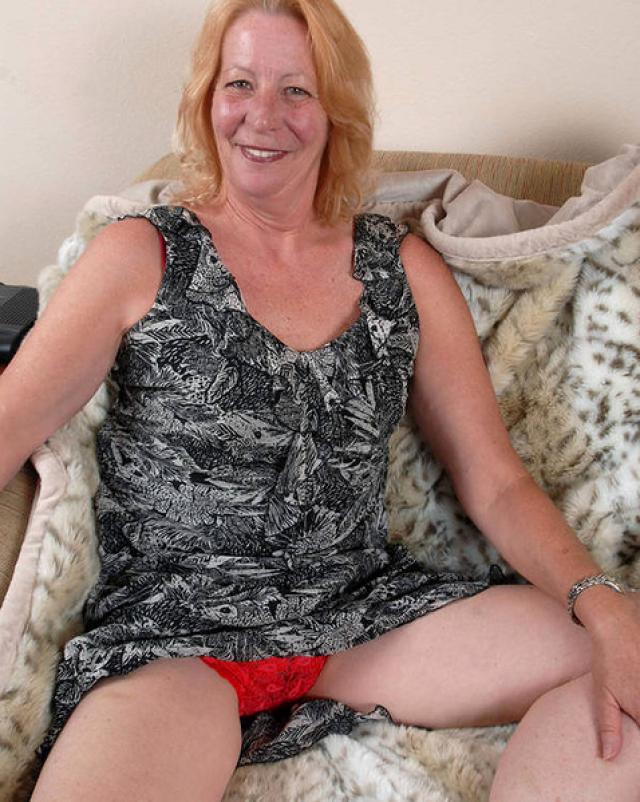 Зрелая дамочка раздвигает стенки влагалища на диване
