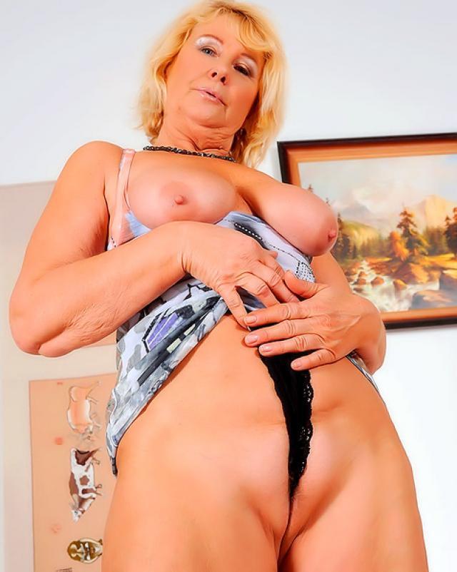 Голая бабушка на каблуках мастурбирует вибратором