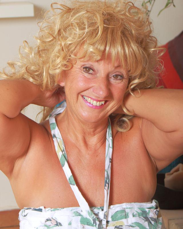 Старая леди имеет бритую письку и любовь к фото