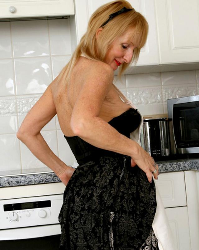 Похотливая бабушка в чулках красуется на кухне