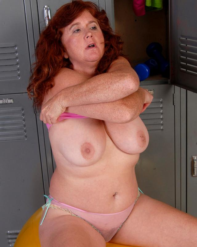Пышная бабушка сексуально забавляется в спортзале