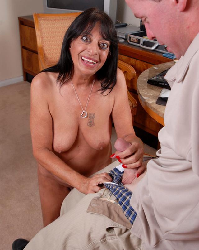 Дикая бабушка делает минет для молодого гостя