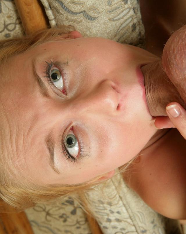 Мария обалденно берет в рот толстый член