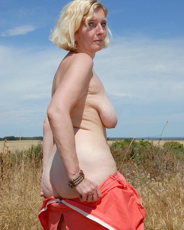 Аппетитная бабушка с волосатой киской отдыхает на поле