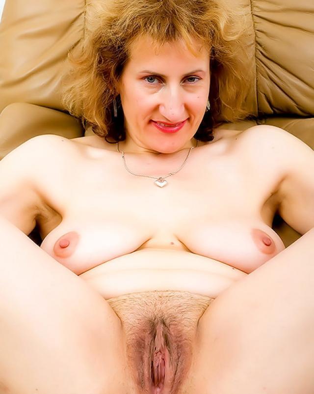 Зрелая женщина играет со своей волосатой писькой