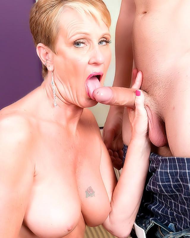 Зрелая шлюха в сексуальных чулках мастерски отсасывает