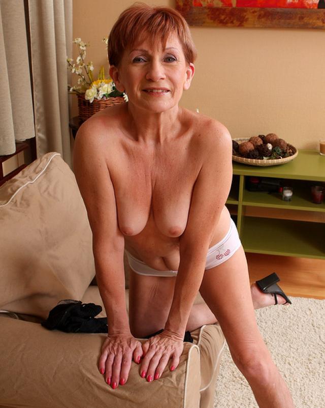 Бесстыжая бабушка растягивает свою бритую киску