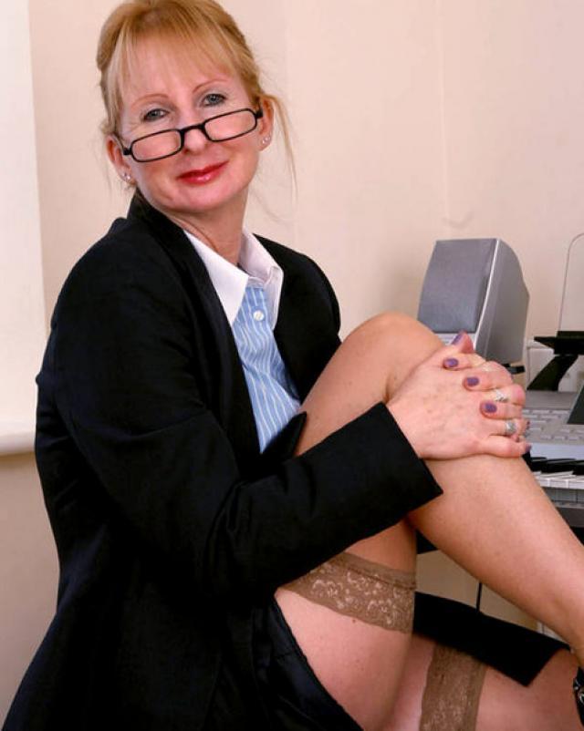 Бабка с большой задницей развратничает на работе