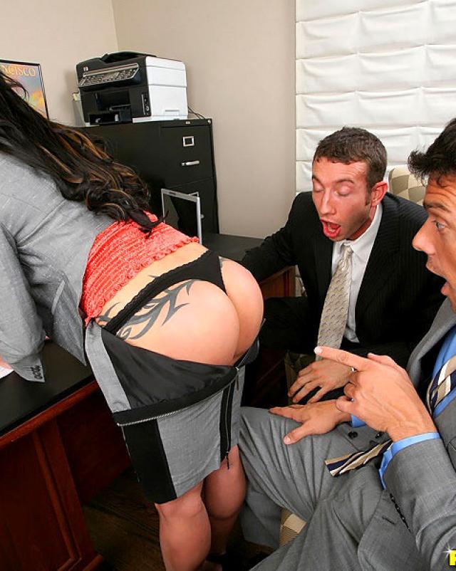 Секретарша дала двум боссам наказать себя в попку