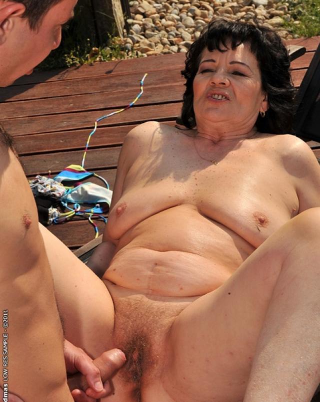Подлый альфонс жарит богатую бабушку во дворе дома