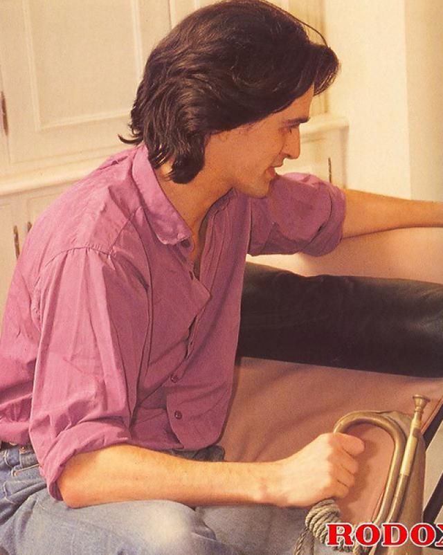 Молоденькая красотка с мохнатой киской трахается в удобном кресле