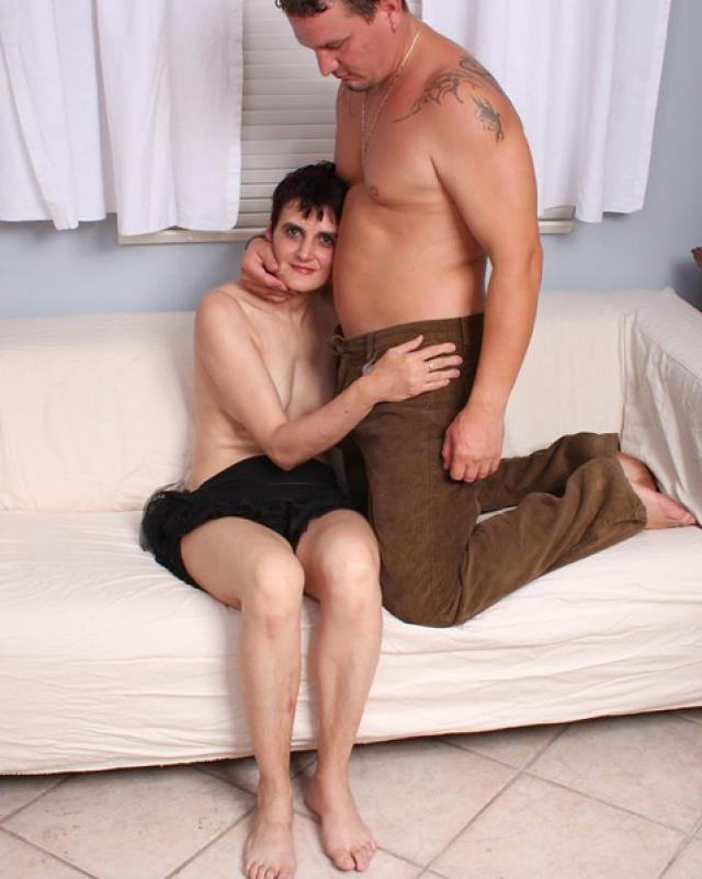 Голая бабушка с протезами трахается с молодым мужчиной