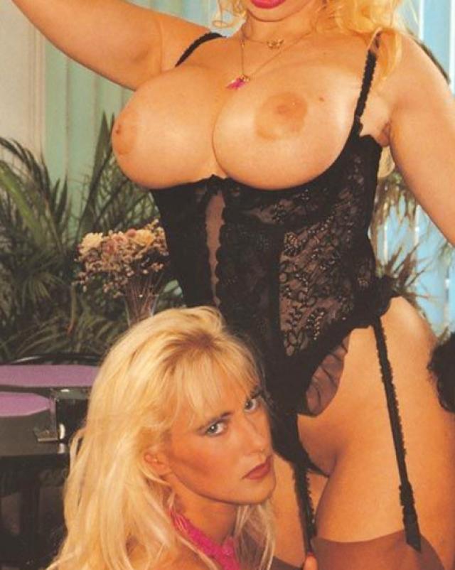Пышные лесбиянки играли с дилдо в винтажном порно