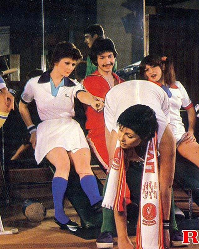 Парень трахнул трех спортивных девушек в винтажной групповухе